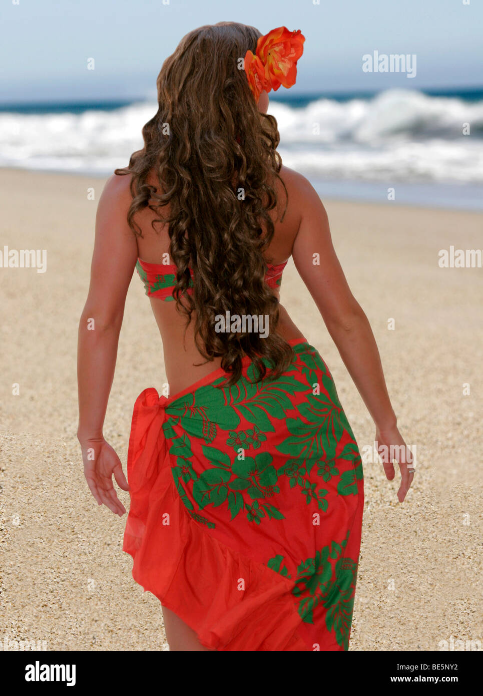Polynesian hula dancer on the beach - Stock Image