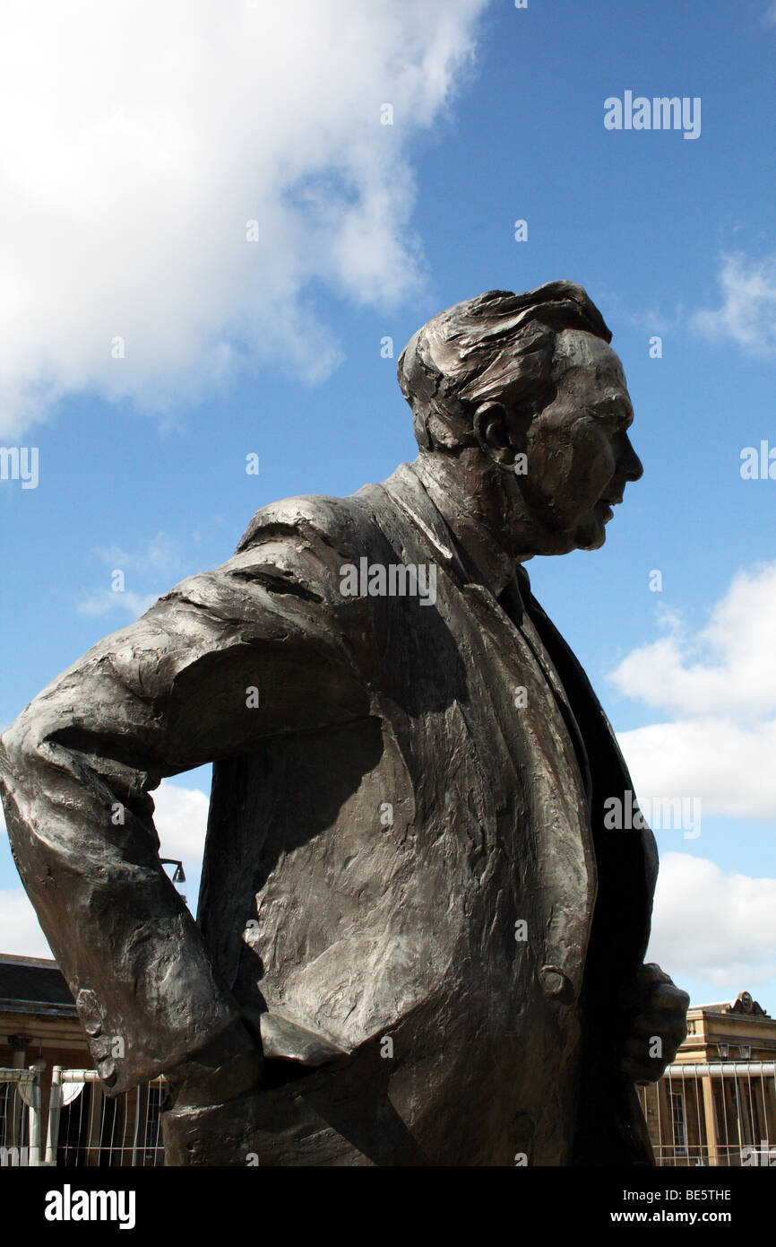 Harold Wilson Sculpture Huddersfield Kirklees outside station in St Georges Square - Stock Image