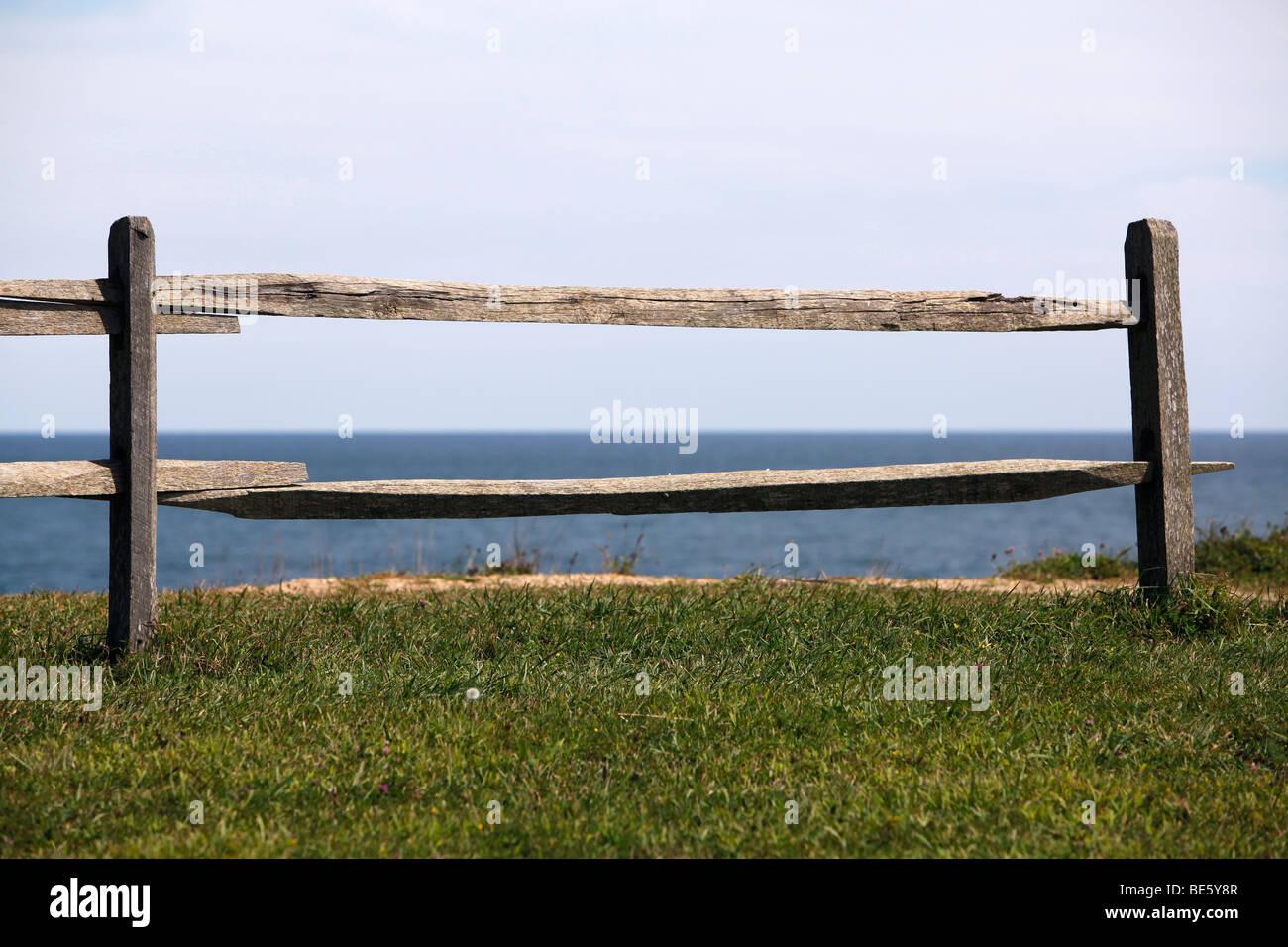 Rail fence, ocean bluff, Montauk, New York - Stock Image