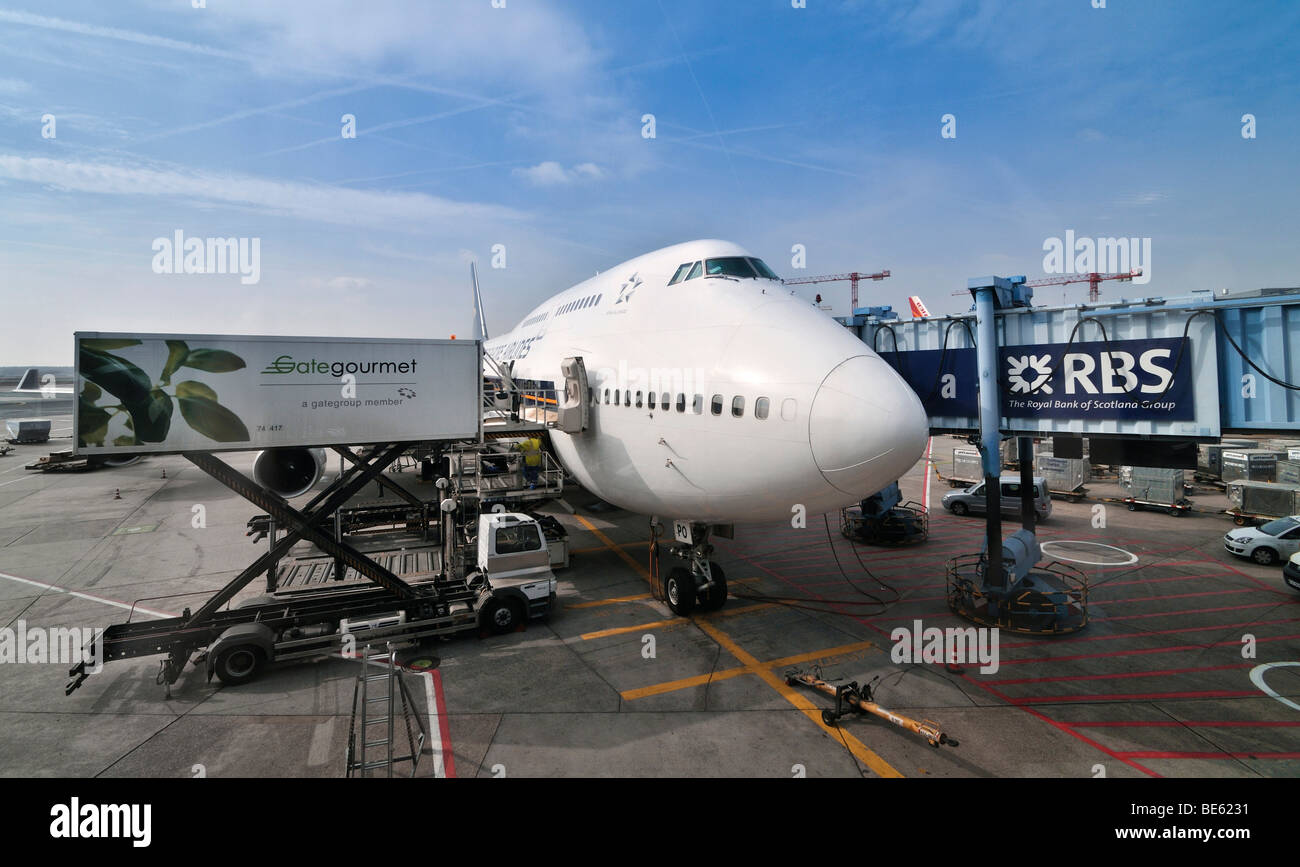 Boeing 747-400 airliner being loaded with food, Frankfurt Airport, Hesse, Germany, Europe - Stock Image