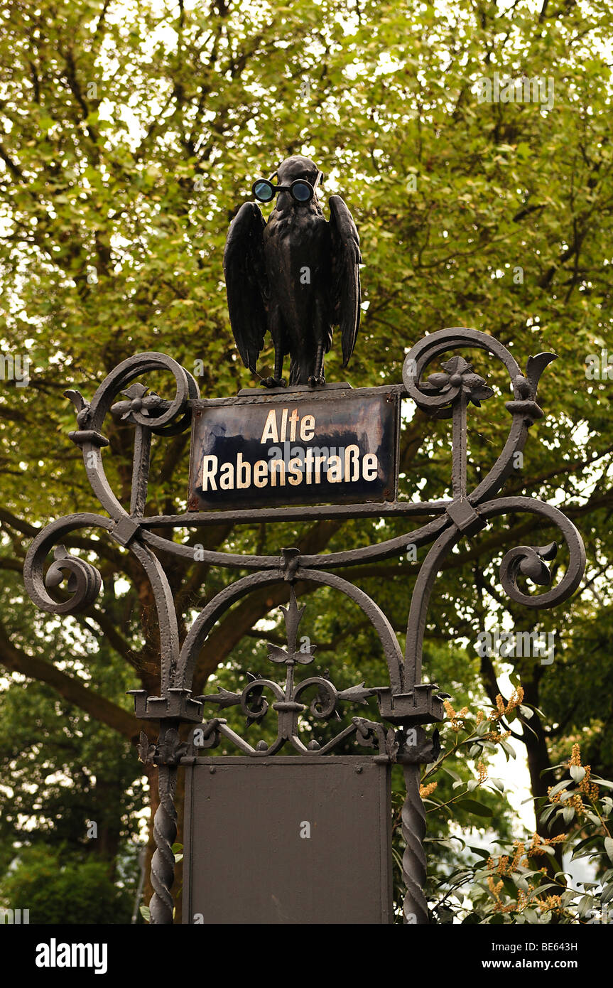 Raven figure on a street sign of the same name (Old Raven Street), Hamburg, Germany, Europe - Stock Image