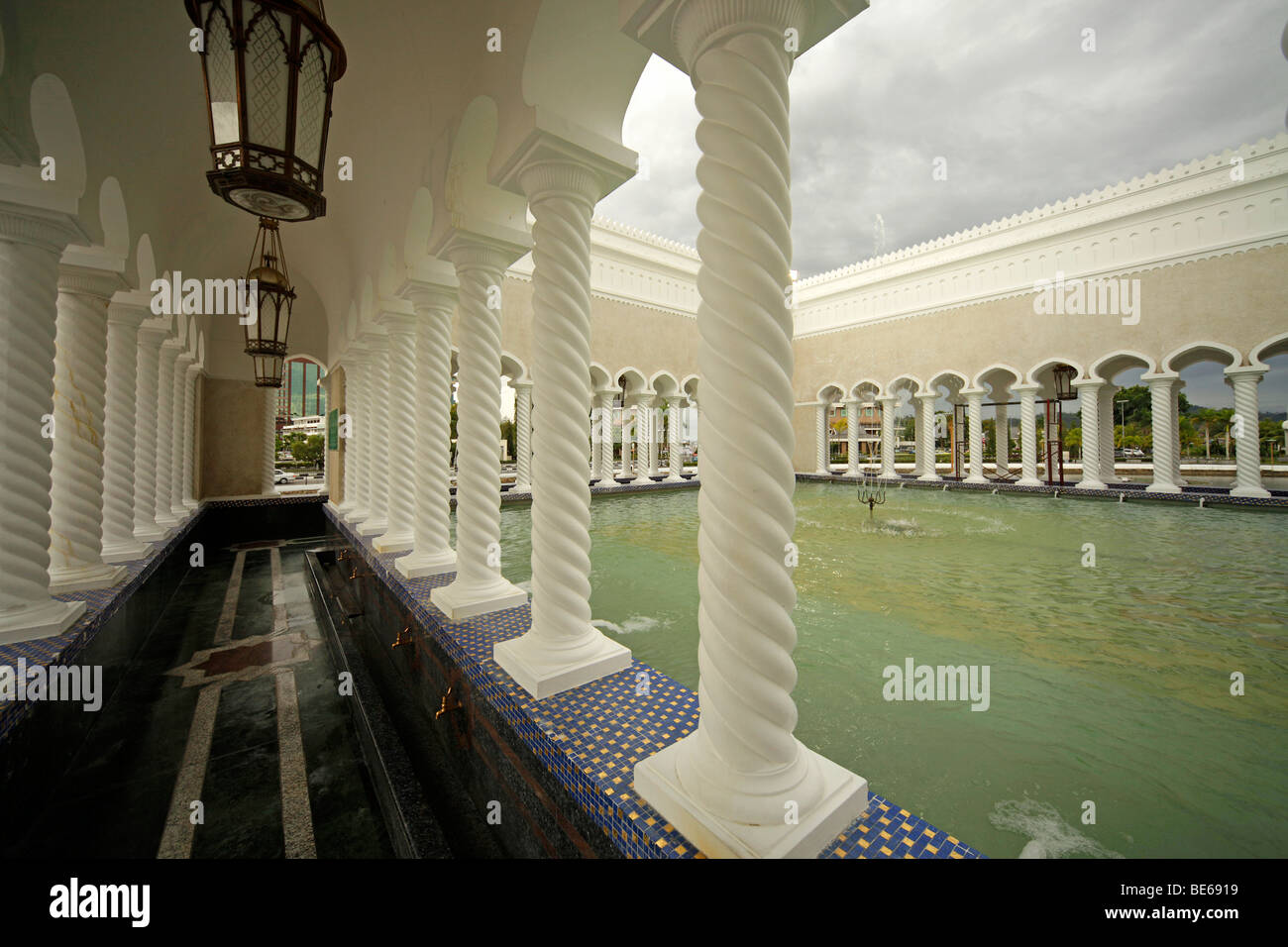 Fountain and pillars in the Royal Mosque of Sultan Omar Ali Saifuddin in Bandar Seri Begawan, Brunei, Asia - Stock Image
