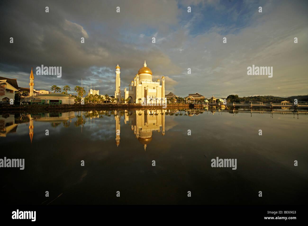 Royal Mosque of Sultan Omar Ali Saifuddin reflected in a lagoon in the capital city, Bandar Seri Begawan, Brunei, - Stock Image
