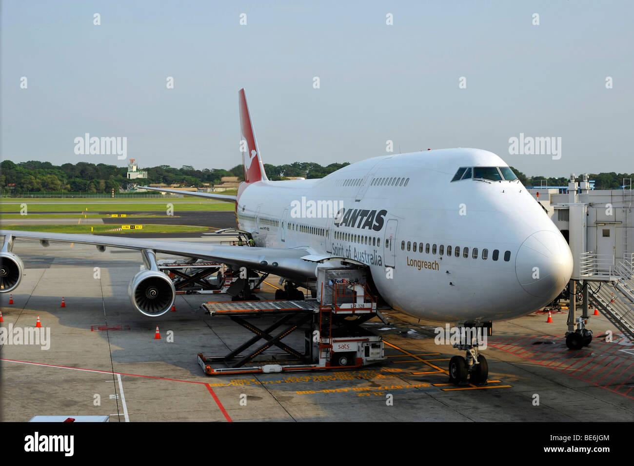 Pre-flight preparations of a Qantas Boeing 747-400, Singapore Changi International Airport, Singapore, Asia - Stock Image