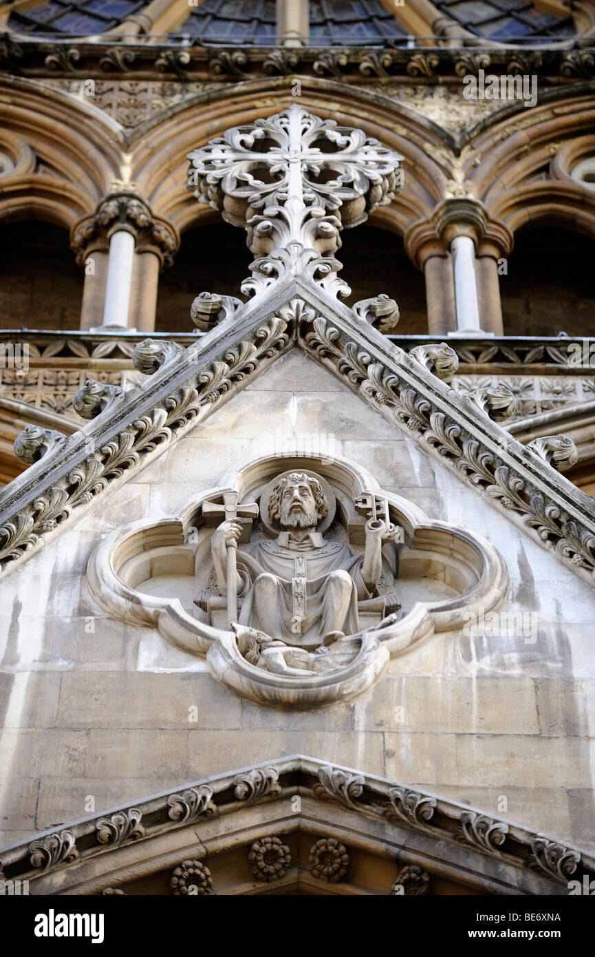 Stone carving above the northern entrance to Westminster Abbey, London, England, United Kingdom, Europe - Stock Image