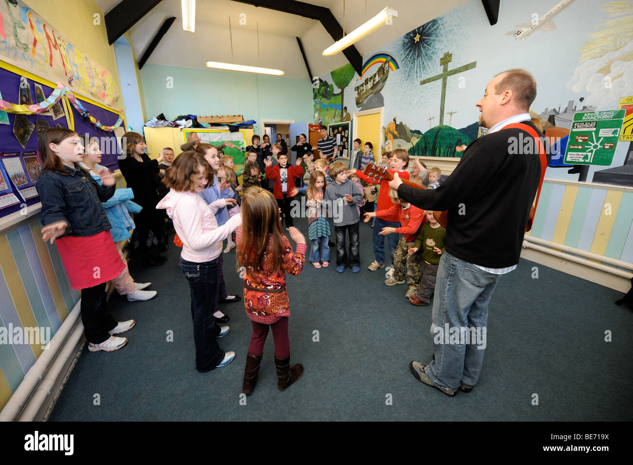 CHILDREN SINGING IN A GROUP AT A SUNDAY SCHOOL UK - Stock Image