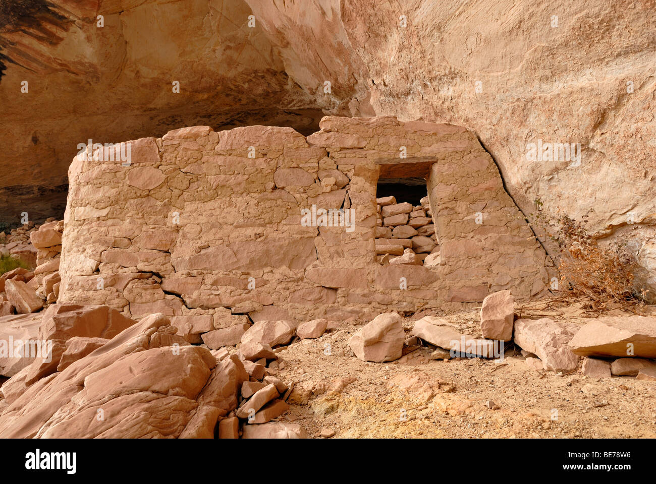 Historic remnants of a dwelling of the Anasazi Indians, about 900 years old, Cold Springs Cave near Bluff, Utah, - Stock Image