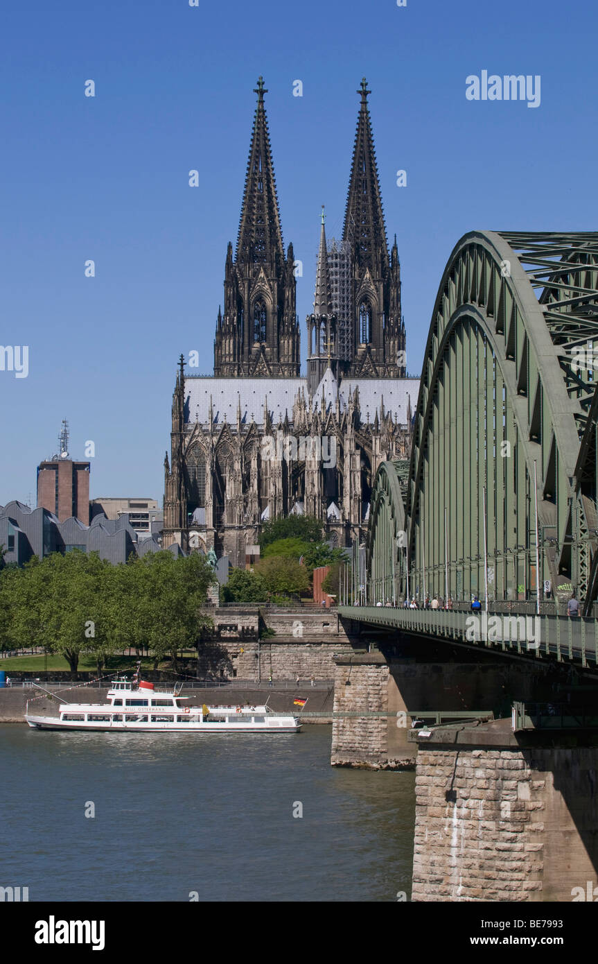 Cologne Cathedral, in front of the Hohenzollern Rhine bridge and a ship, Willi Ostermann from the KD line, Cologne, - Stock Image