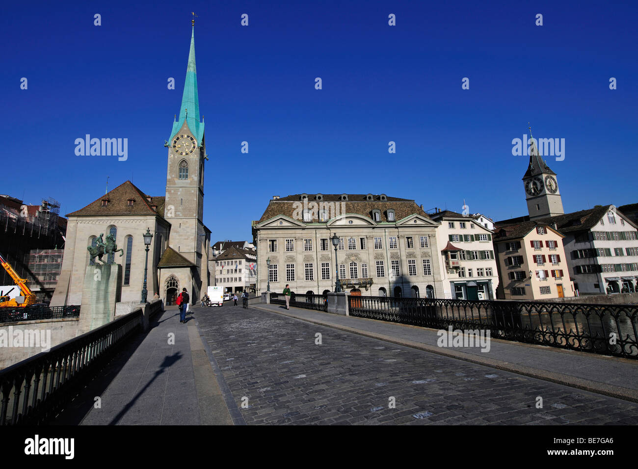 Historic town centre of Zurich with the Muenster Bridge, left the Fraumuenster Church, right of the bridge the guild - Stock Image
