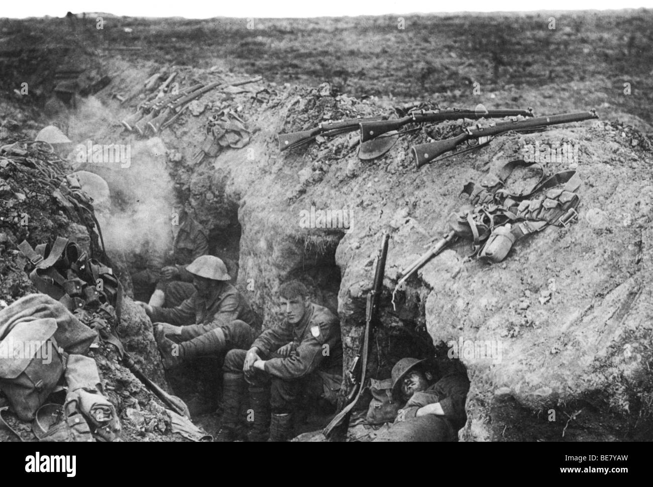FIRST WORLD WAR - British soldiers resting in their trench - Stock Image
