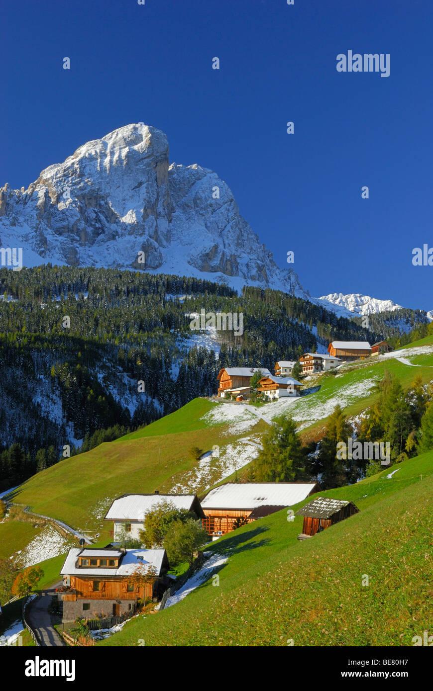 South Tyrolean farmhouses beneath Peitlerkofel, valley Gadertal, Dolomites, South Tyrol, Italy - Stock Image
