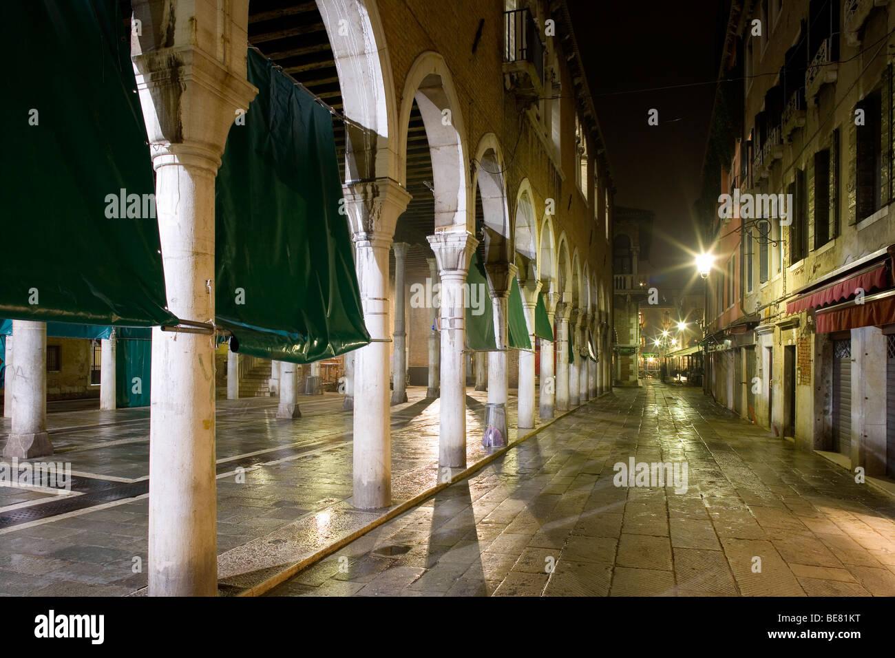 Fish market at night, Mercato del Pesce, Calle de le Becarie o Panataria, Venice, Italy, Europe - Stock Image