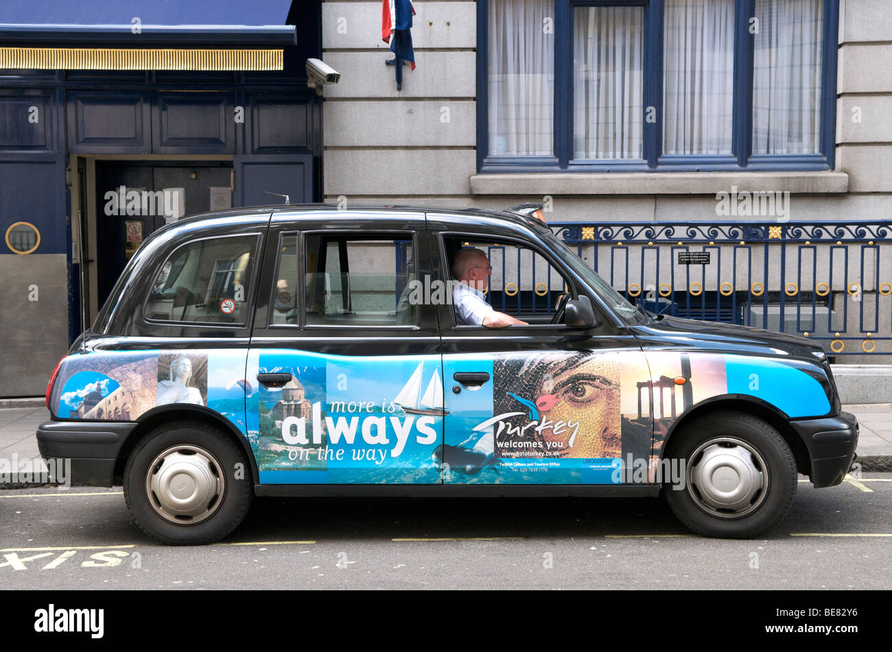 United Kingdom, Londen, August 15, 2008 London black cab in front of the Ritz Hotel. - Stock Image