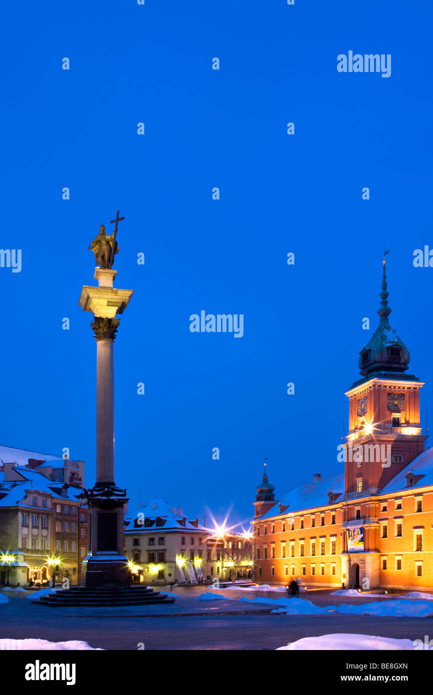 Winter twilight in Castle Square, Old Town, Warsaw, Poland, with Zygmunt's Column and the Royal Castle illuminated - Stock Image
