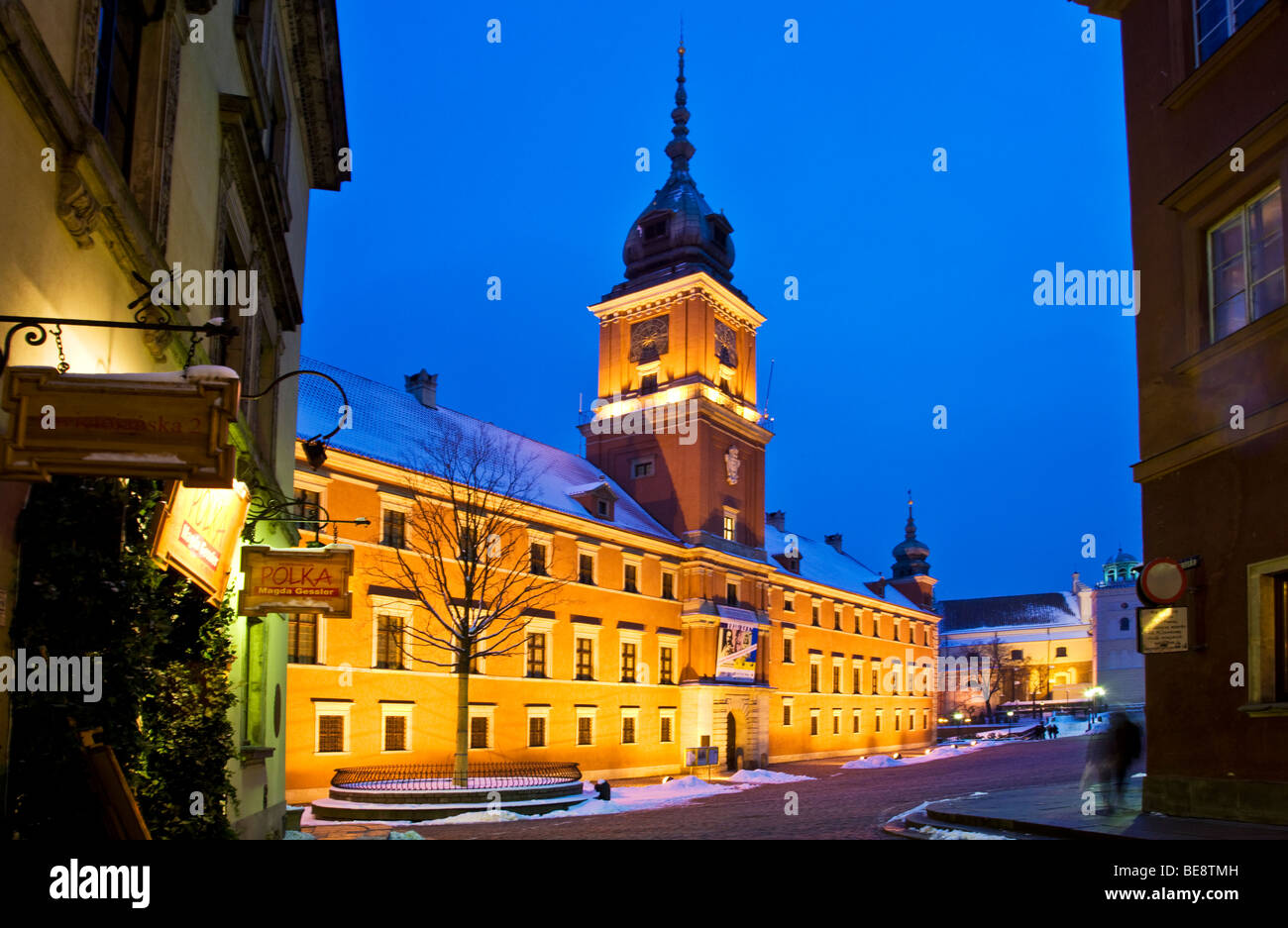 Winter twilight in Castle Square, Old Town, Warsaw, Poland,with the Royal Castle illuminated - Stock Image
