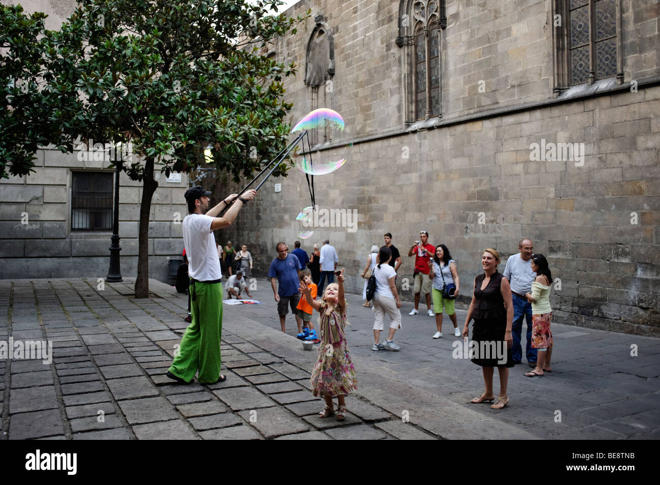 Street artist blowing large bubbles. Barri Gotic. Barcelona. Spain - Stock Image