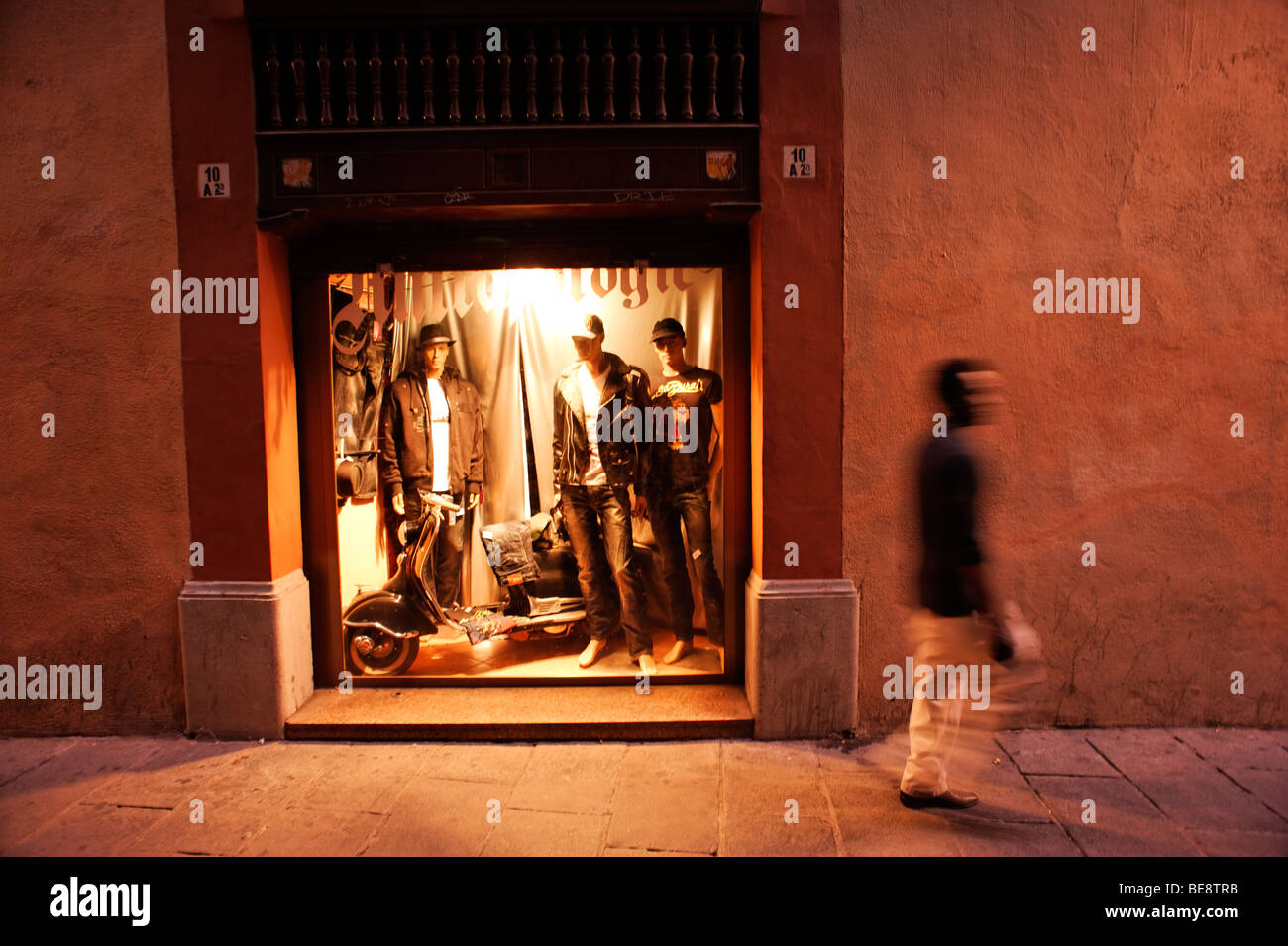 Trendy boutique clothes shop along narrow alley. Barri Gotic. Barcelona. Spain - Stock Image