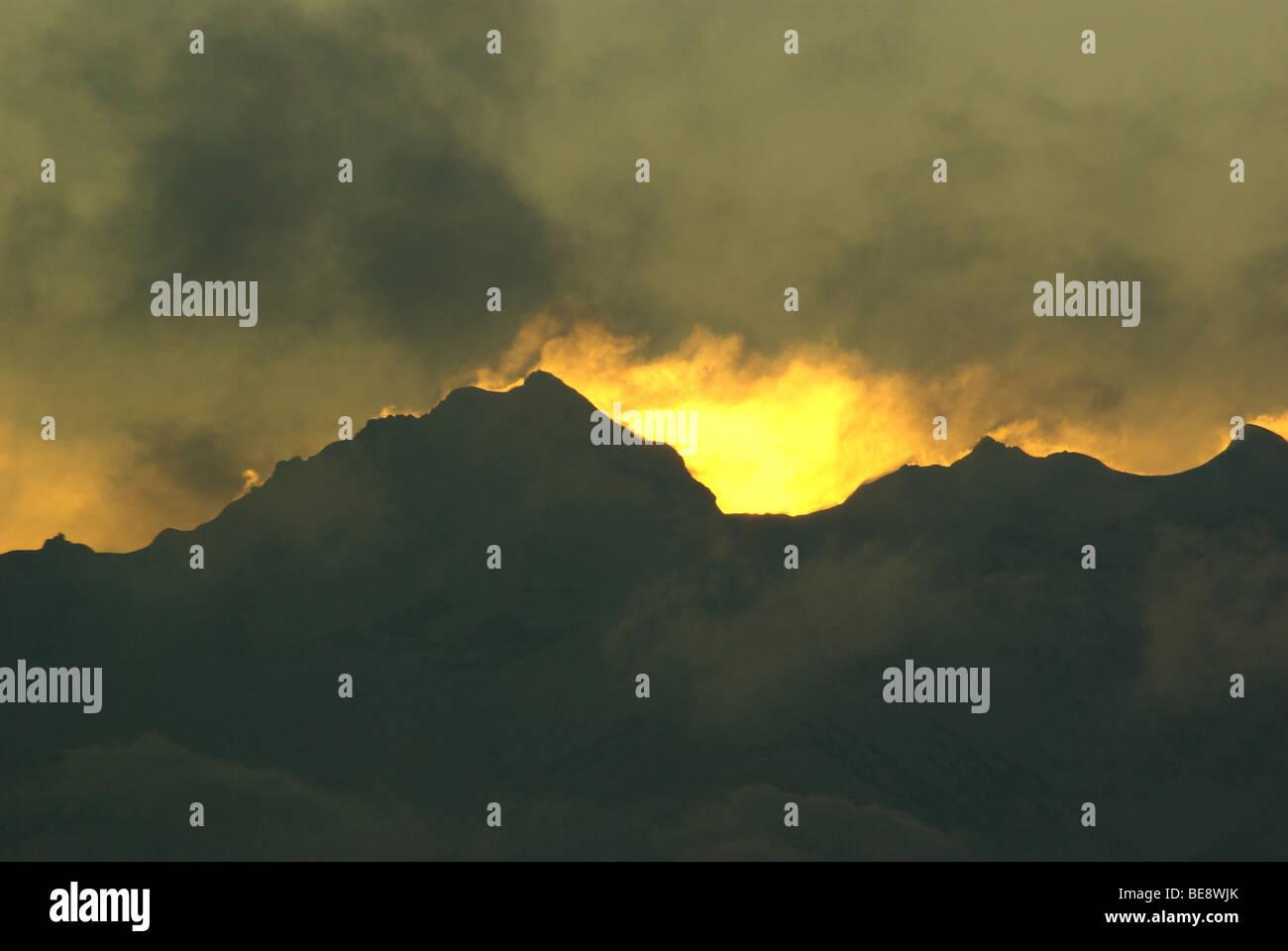 Jungfrau in brandende lucht bij zonsopkomst op nieuwjaarsmorgen Stock Photo