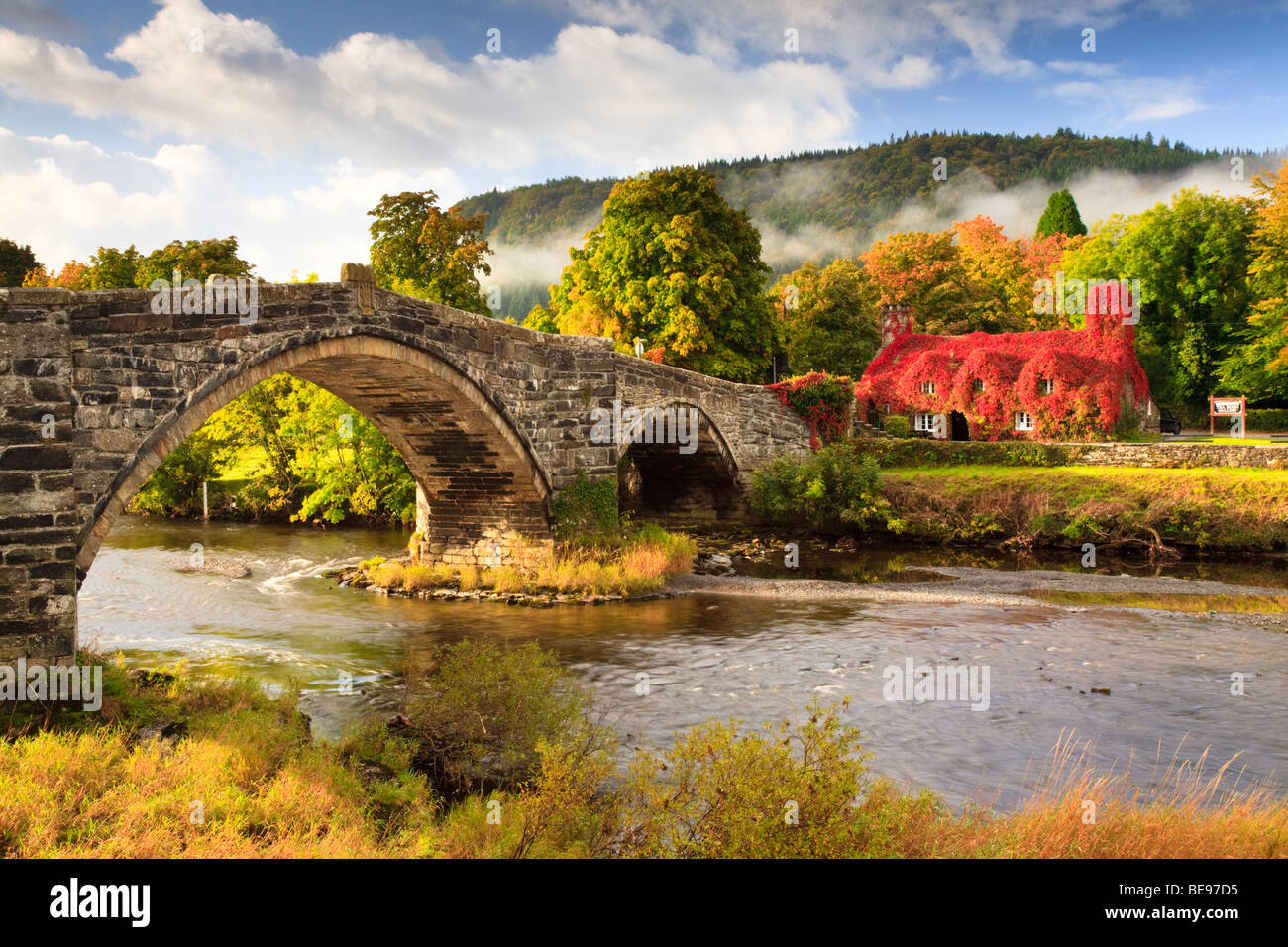 Pont Fawr running under the River Conwy and overlooking the Ty Hwnt i'r Bont teashop owned and run by the National - Stock Image