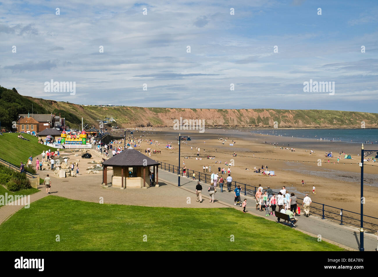 dh  FILEY NORTH YORKSHIRE Holidaymakers holiday resort Filey seafront promenade uk seasides english - Stock Image
