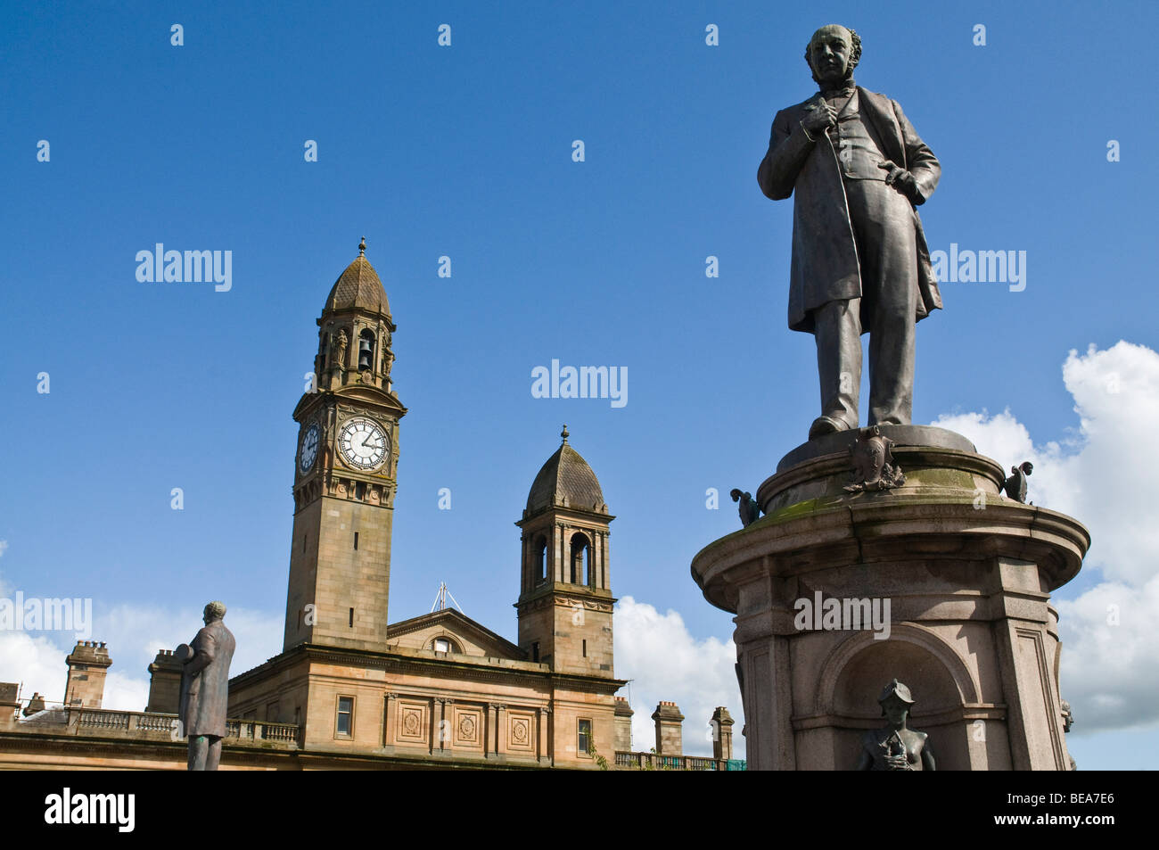 dh Paisley Town Hall PAISLEY RENFREWSHIRE Sir Peter Coats statue Paisley Town hall centre monument Stock Photo