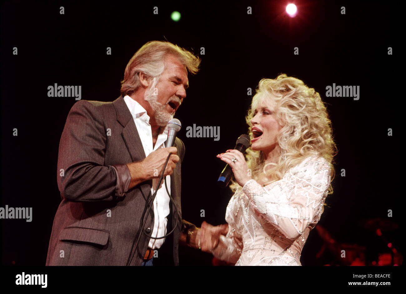 DOLLY PARTON duets with Kenny Rogers in July 1989 - Stock Image