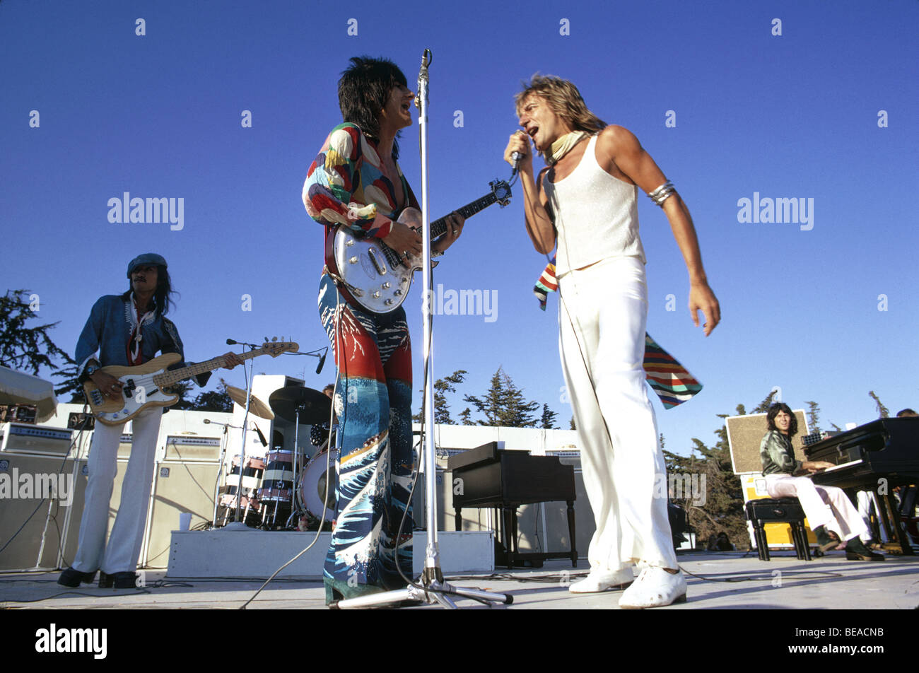 ROD STEWART AND THE FACES in Los Angeles in October 1973. Ronnie Wood duets with Rod. - Stock Image