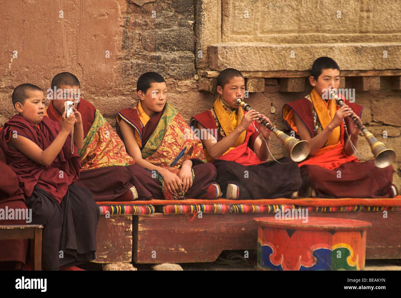 Novice monks at a festival to mark Shoton. Sakya monastery, Tibet - Stock Image