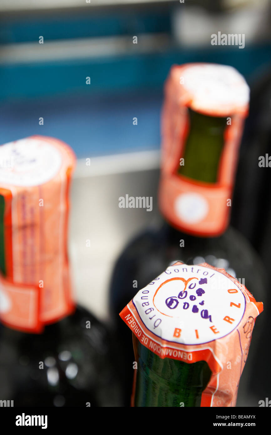 bottle neck with control seal Bodega Agribergidum, DO Bierzo, Pieros-Cacabelos spain castile and leon - Stock Image