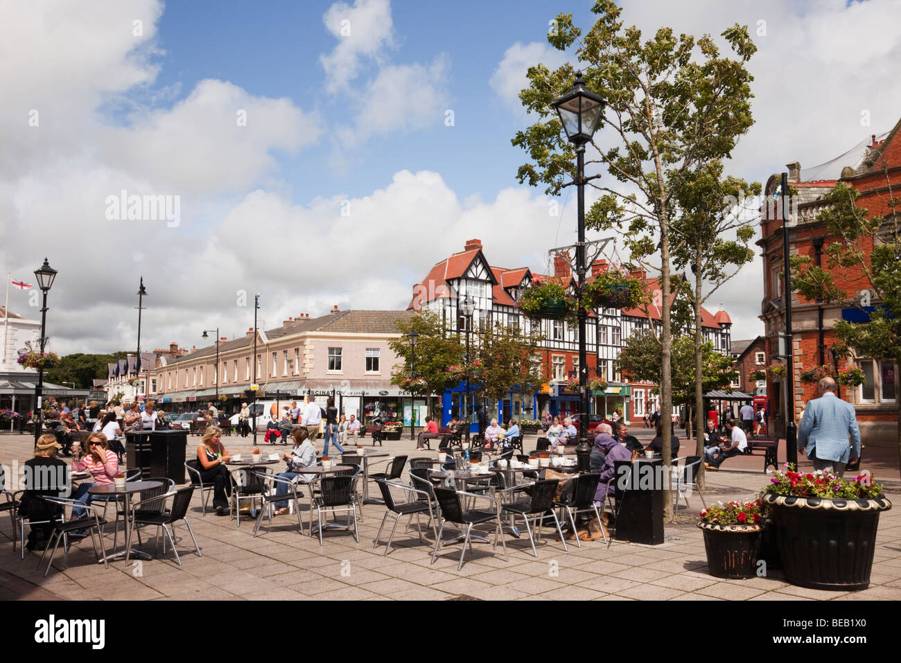 Clifton Square, Lytham St Annes, Lancashire, England, UK. People dining outside in pavement cafe - Stock Image