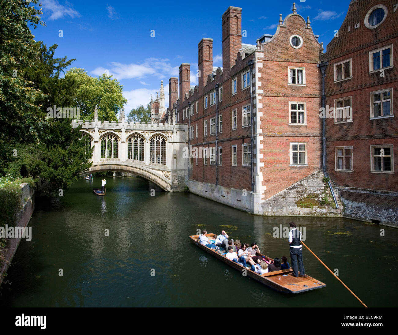 Punt Boats at the Bridge Of Sighs at st. John's college in Cambridge, Cambridgeshire, UK. - Stock Image