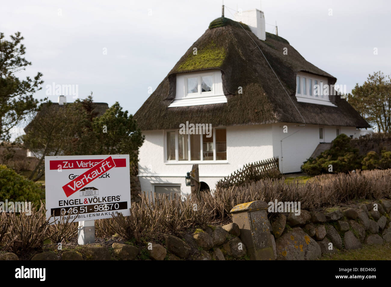 Typical house with a thatched roof, Sold sign, Sylt Island, North Frisian Islands, Schleswig-Holstein, Germany, - Stock Image