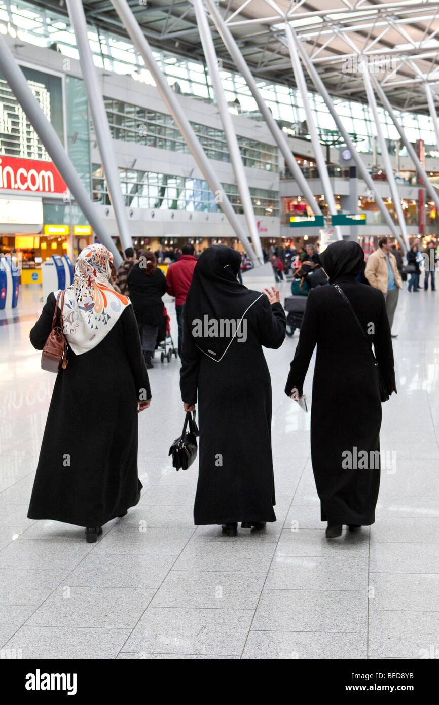 Muslim women at Duesseldorf Airport, Duesseldorf, North Rhine-Westphalia, Germany, Europe - Stock Image