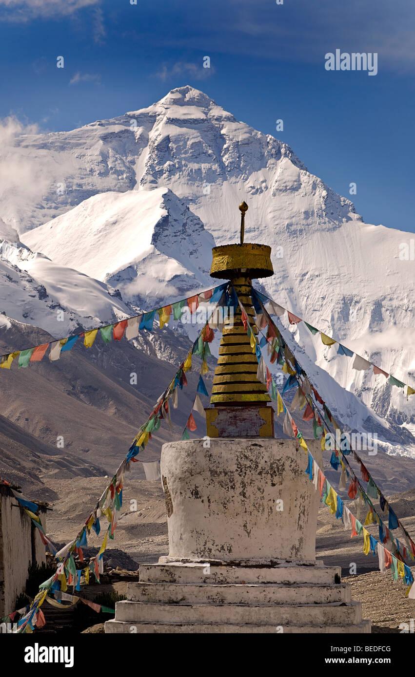 Mount Everest and Rongbuk Monastery, Everest region, Tibet. Tibetan buddhist prayerflags in the foreground - Stock Image