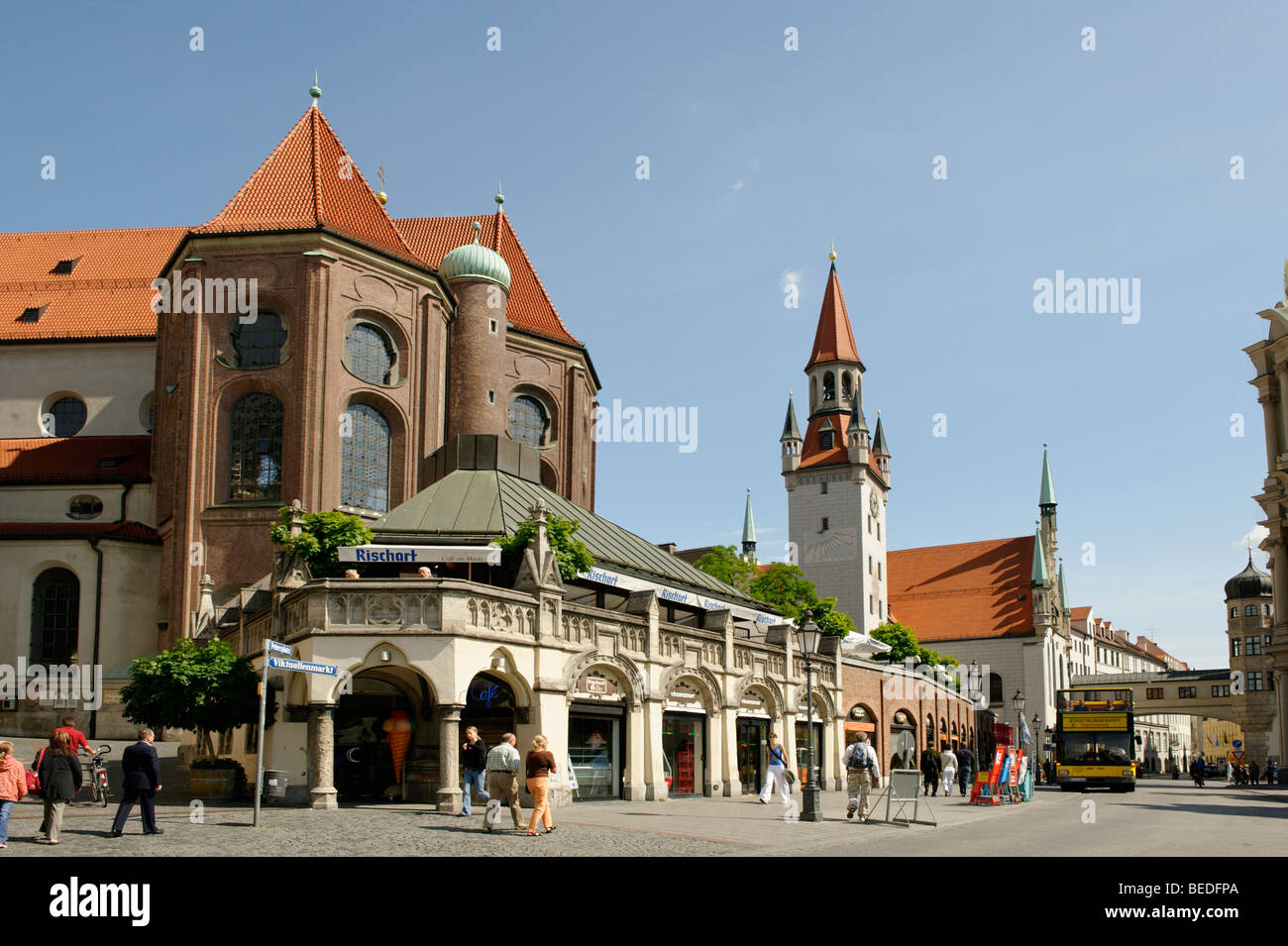Cafe Rischart on Viktualienmarkt Square with the Alter Peter Tower, Munich, Bavaria, Germany, Europe - Stock Image