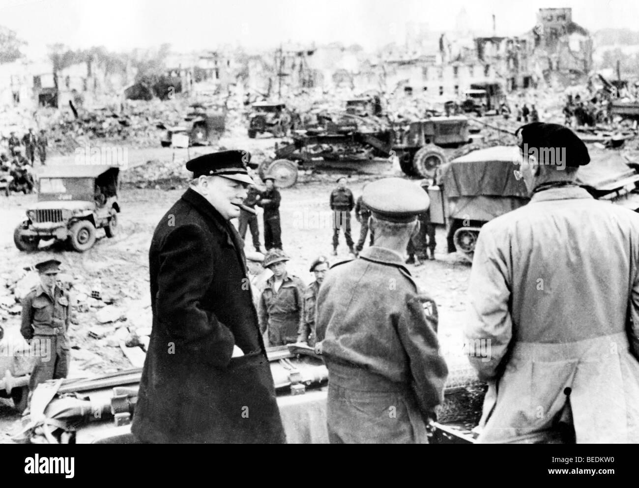5528742 (900324) Winston CHURCHILL , britischer Politiker , Premierminister , mit Zigarre , bei einem Truppenbesuch - Stock Image