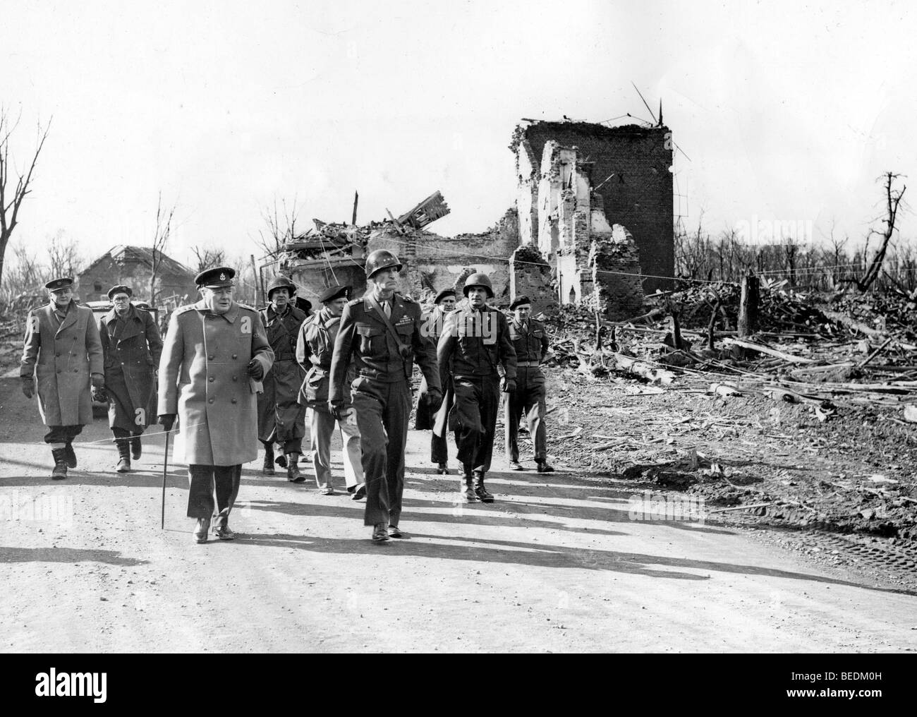 5525655 (9001135) Der britische Premierminister Winston CHURCHILL , vorne links mit Spazierstock , und der US-General - Stock Image