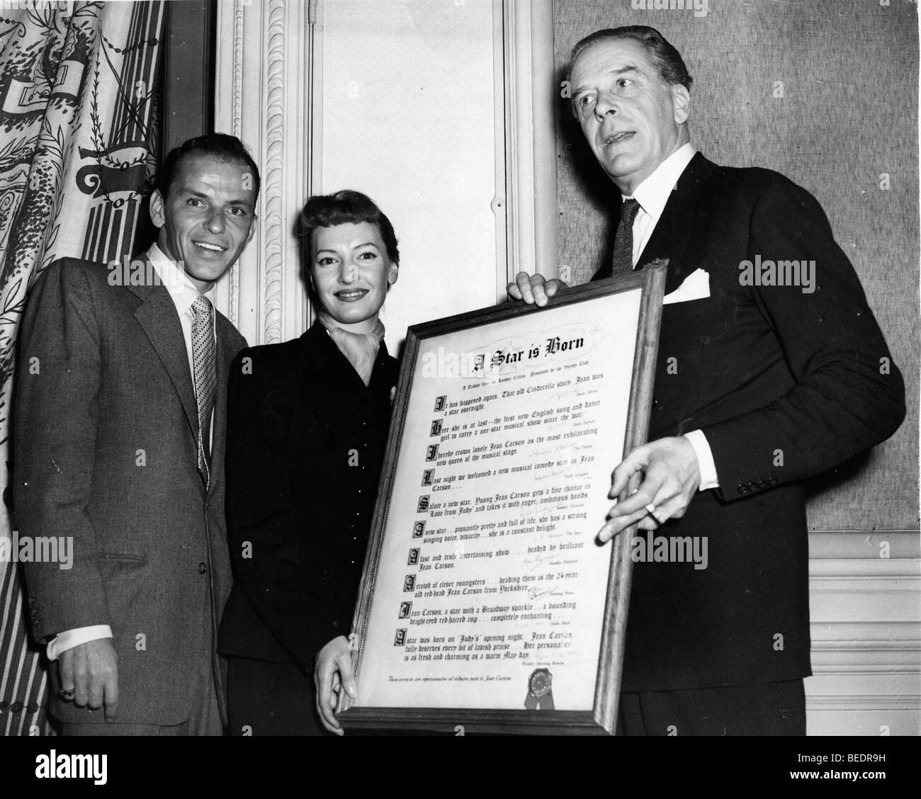 Frank Sinatra, Jack Buchanan and Jean Carson with a scroll of reviews - Stock Image