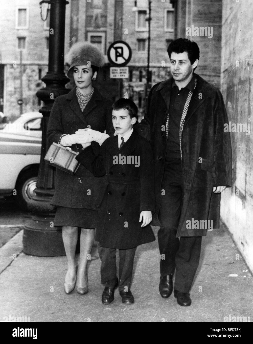 Liz Taylor walking the street with Eddie Fisher and son - Stock Image