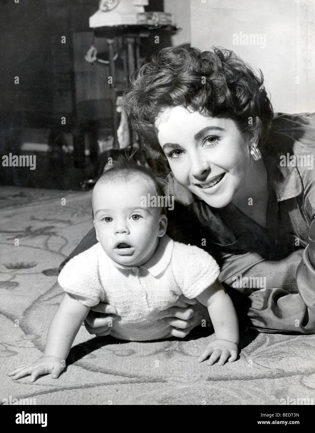 5512438 (900324) Elizabeth (Liz) TAYLOR , amerikanische Schauspielerin , mit Sohn Michael auf dem Teppich , 21.09.1953 - Stock Image
