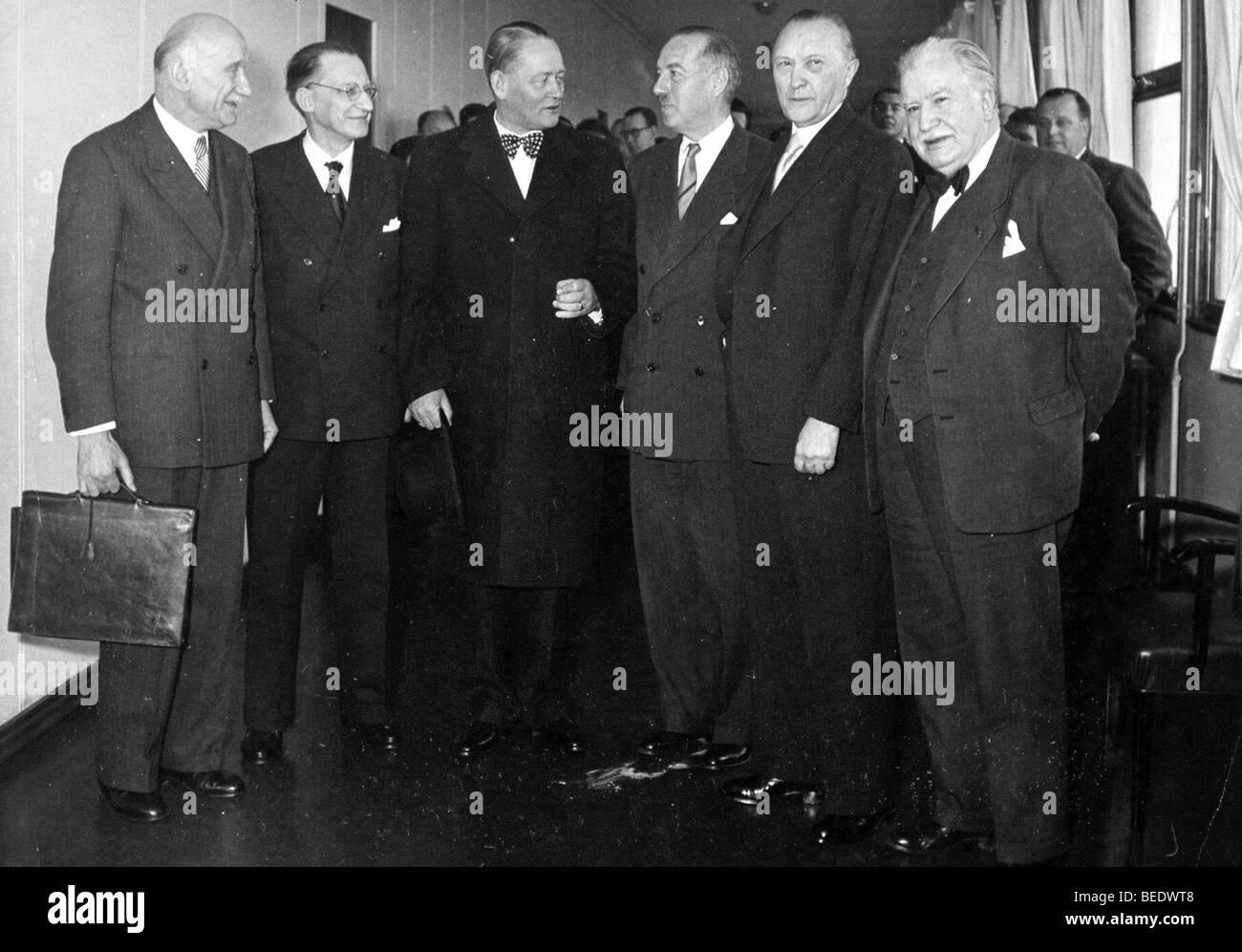 1003631 (900326) Treffen der 6 Aussenminister; v.l.n.r. : Robert SCHUMAN (Frankreich), Alcide De GASPARI (Italien), - Stock Image