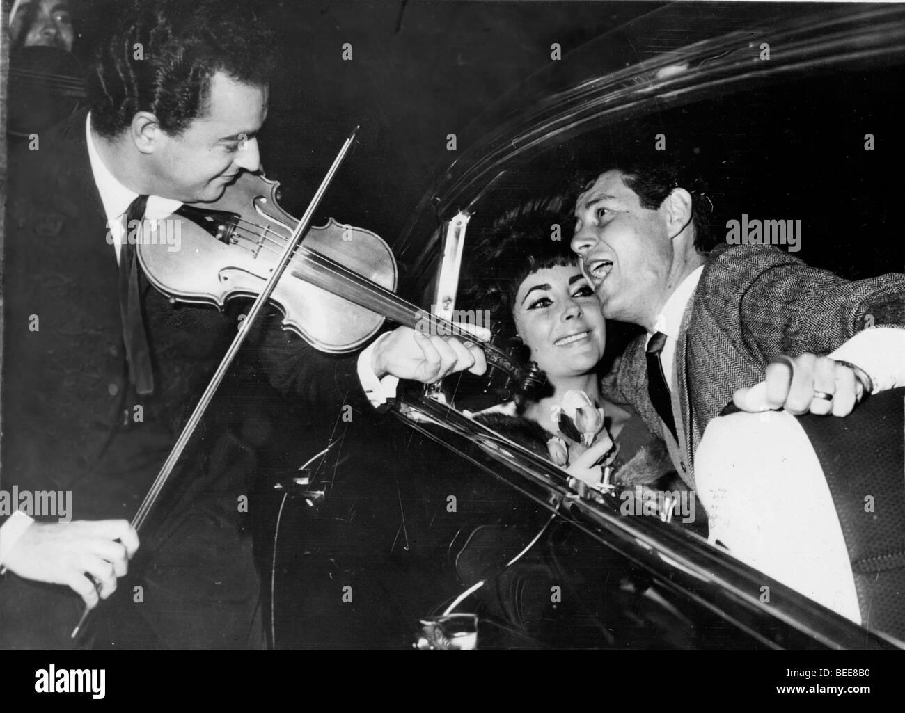 Singer Eddie Fisher serenades wife Elizabeth Taylor - Stock Image
