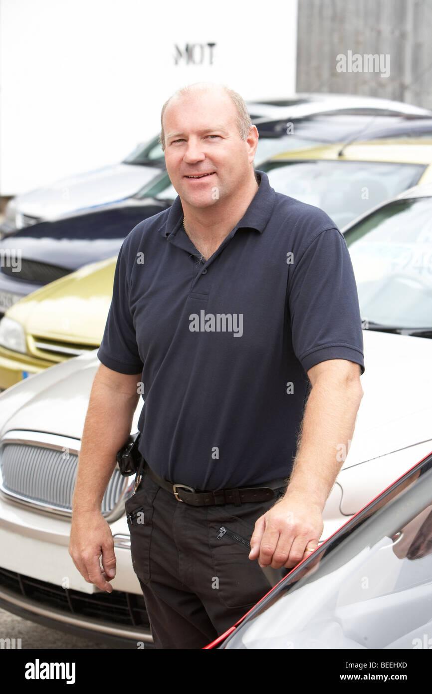 Car salesman standing on lot - Stock Image