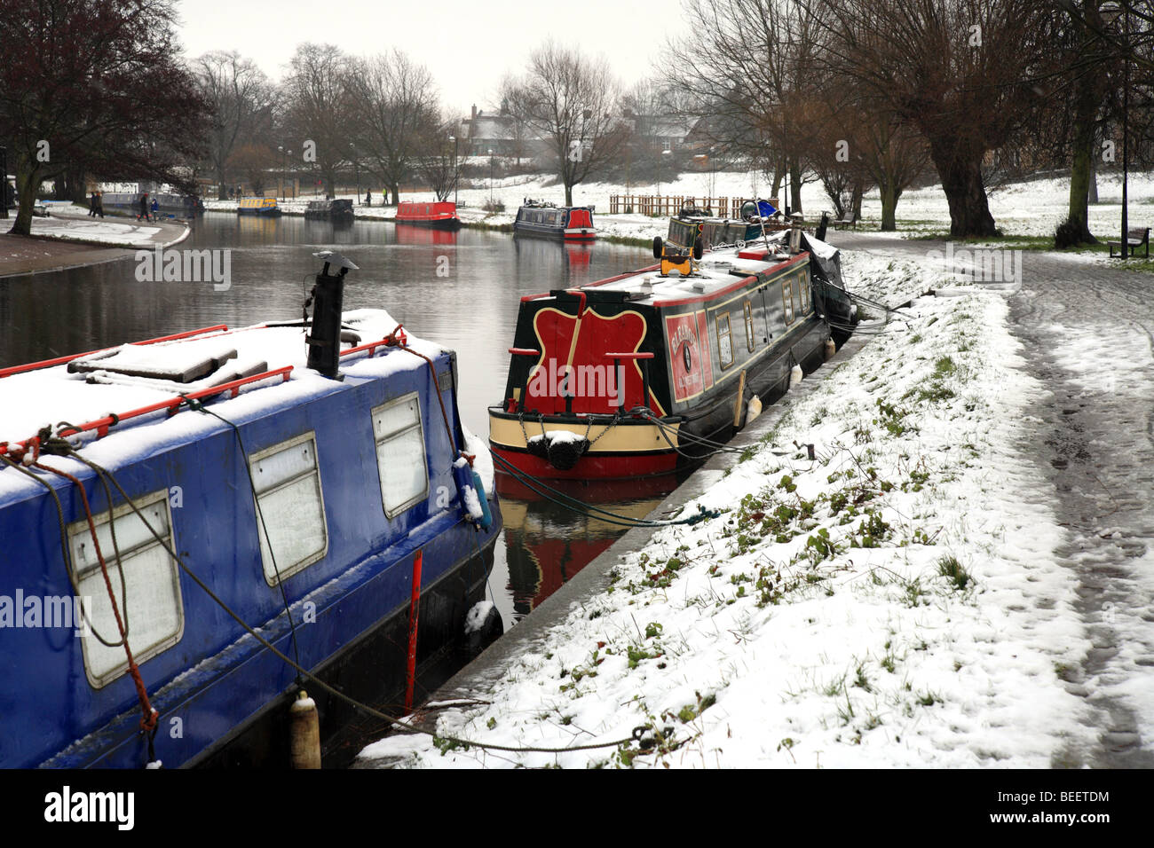 Canal boats in the Snow, moored on the River Cam, Winter, Cambridge, England, UK - Stock Image