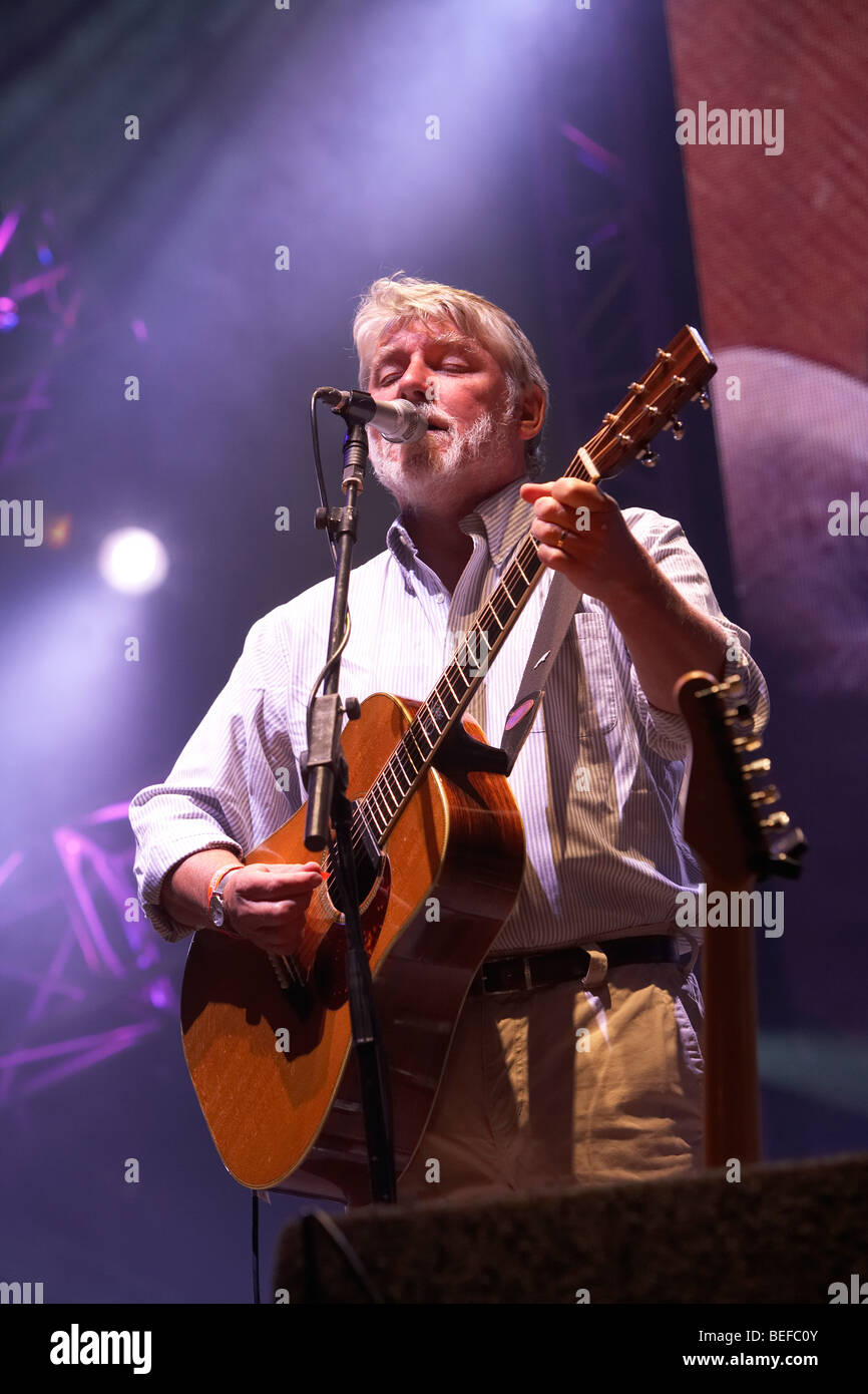 Simon Nicol at the 2009 Fairport Convention Cropredy Festival - Stock Image