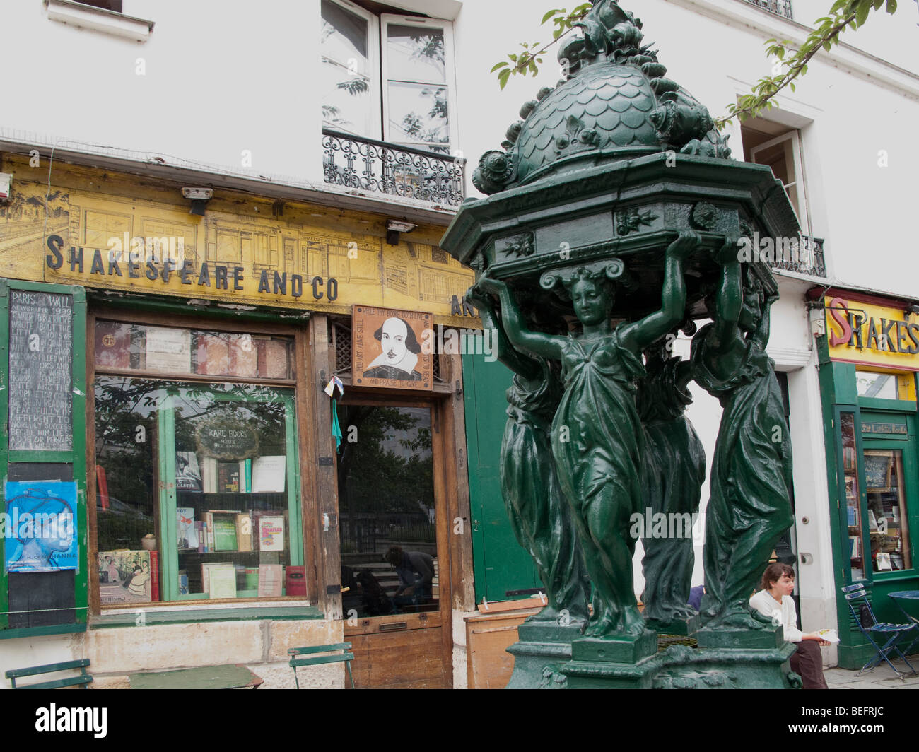 Statue outside Shakespeare and Company bookshop in the Latin Quarter Paris France - Stock Image