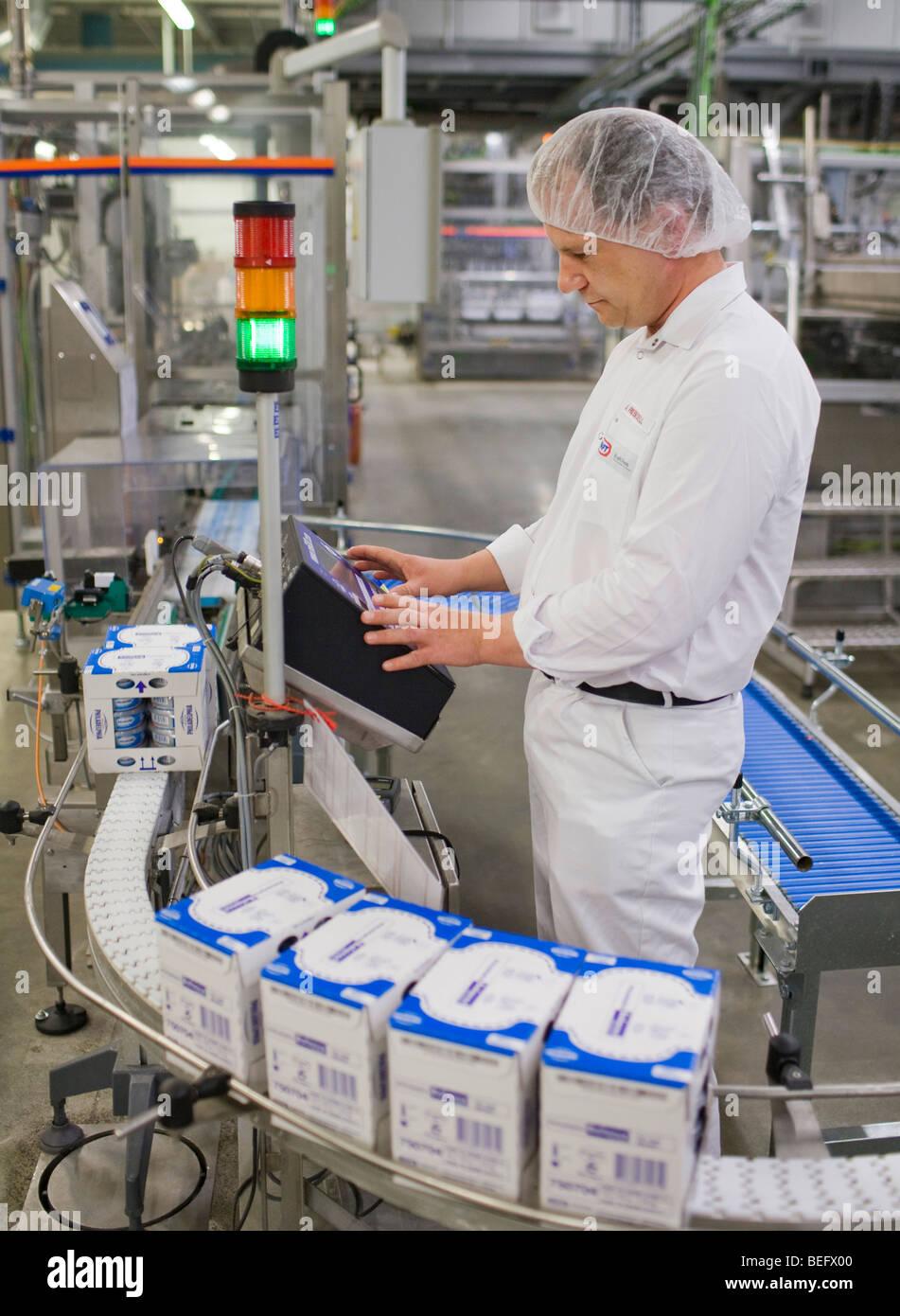 Employee at Kraft Foods in Bad Fallingbostel. - Stock Image