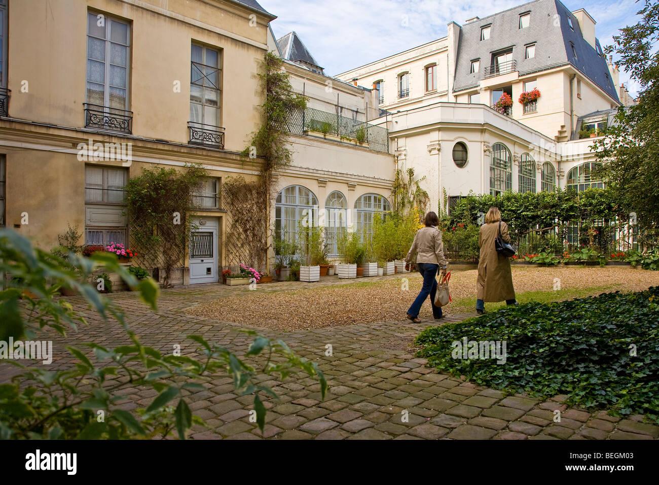 COURTYARD IN THE MARAIS DISTRICT, PARIS - Stock Image