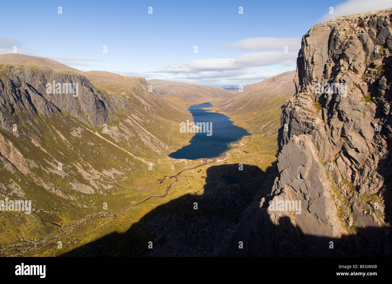 Glaciated valley and lake, Cairngorms. Looking east down to Glen Avon and Loch Avon, from the Shelter Stone Crag - Stock Image