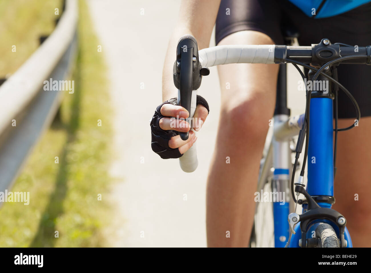 Cropped view of female cyclist with hands on brakes. Copy space - Stock Image